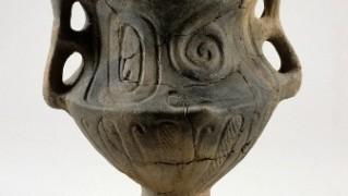 桶川市前原遺跡出土台付き特殊両耳壺(縄文時代中期)1