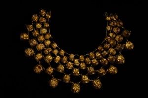 【9】《金の胸飾り》